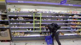 Francie zažívá nedostatek máslo. Regály obchodů zejí prázdnotou.