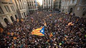 Katalánci slaví jednostranné vyhlášení nezávislosti, španělský senát ale v reakci schválil omezení katalánské autonomie.