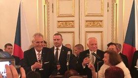 Miloš Zeman a Václav Klaus na recepci ve Španělském sále po předávání státních vyznamenání