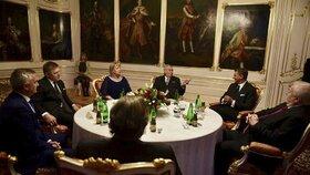 Státní vyznamenání 2017: Prezident zeman a první dáma Ivana se zahraničními hosty, mezi kterými nechybí Robert Fico či Gerhard Schröder.