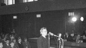 Milada Horáková, zdeptaná brutálními výslechy a hysterií organizovaného davu, se přiznala k vykonstruovaným obviněním.