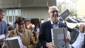 Jiří Drahoš s manželkou Evou po boku zamířil na ministerstvo vnitra. Předat své archy s podpisy od občanů (3. 11. 2017).