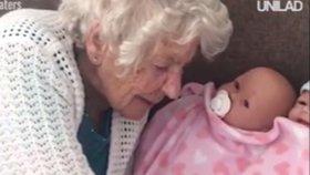 Stařenku drží při životě panenka. Věří, že je živá