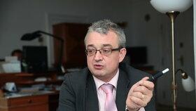 """""""Rovnou řekněte, že státní službu rušíte a že místa obsazuje premiér s konglomerátem, který má za zády,"""" řekl Marek Benda."""