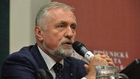 Bývalý premiér Mirek Topolánek dostává finance od bývalých kolegů a politiků.