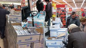 Dva supermarkety včera zaútočily těžkým kalibrem na české a moravské zákazníky. Jeden nabídl máslo za 36,60 Kč, druhý zase vajíčka za 2,60 Kč za kus a tuk na pečení za 9,90. Zákazníci výzvu přijali, štosovali se do front, ale žádná velká zvěrstva se v obchodech nekonala.