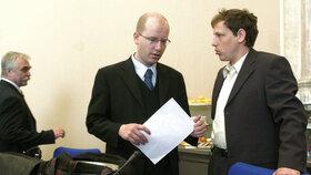 Bohuslav Sobotka a Stanislav Gross jako někdejší ministři Špidlovy vlády v roce 2004. Vlevo tehdejší ministr průmyslu Urban