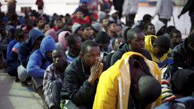Na trase Libye – Itálie se přes Středozemní moře dál snaží dostat do EU mnoho migrantů.