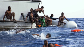 Na trase Libye - Itálie se přes Středozemní moře dál snaží dostat do EU mnoho migrantů.