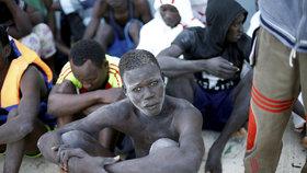 Na trase Libye-Itálie se přes Středozemní moře dál snaží dostat do EU mnoho migrantů