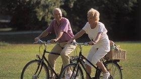 Senioři na kole (ilustrační foto)