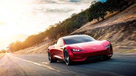 Tesla Roadster. Čtyřmístný automobil ujede na jedno nabití rekordních tisíc kilometrů. Z nuly na rychlost 100 kilometrů za hodinu se dostane za 1,9 sekundy. Na trhu by se měl objevit v roce 2020 při základní ceně 200 000 dolarů.