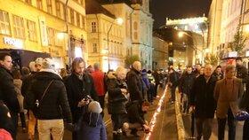 Pokus o symbolický řetěz ze svíček na Národní třídě. Jeho cílem bylo propojit památníky na obou březích Vltavy.