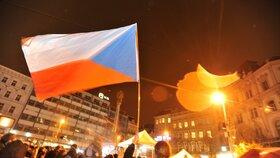 Účastníci vzpomínkové akce studentů ke Dni boje za svobodu a demokracii v Brně se 17. listopadu vydali s lampiony z náměstí Svobody na Kraví horu.