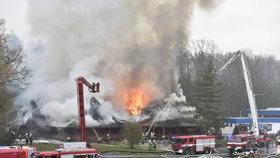 Obří požár známého motorestu na D10: Hasiči hledají ohniska, dálnice je opět průjezdná