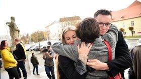 Nečesaný po osvobozujícím rozsudku v objetí s manželkou Veronikou a babičkou