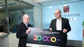 20 tisíc vyhrál v Účtenkovce pan Vlastimil z Prahy. I jemu předal šek na výhru ministr financí Ivan Pilný.