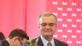 TOP 09 poděkovala Kalouskovi za předsednictví symbolickou květinou.