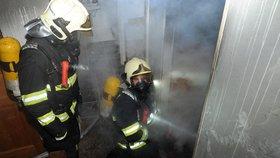 Hasiči z ohnivého pekla zachránili dvě kočky. Požár domu ve Slivenci způsobil půlmilionovou škodu