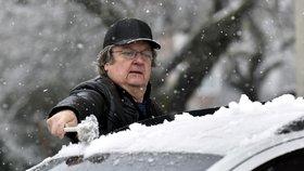 Silnice po celé republice dnes komplikovalo zimní počasí. Přes noc napadl sníh a vozovky jsou zledovatělé.