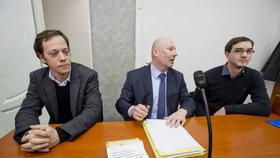 Pražský městský soud pravomocně rozhodl o žalobě Martina Maloše (vlevo) a Ladislava Pelcla (vpravo), kterým policie přikázala v době návštěvy čínského prezidenta sejmout z oken vlajky Tibetu a Tchaj-wanu.