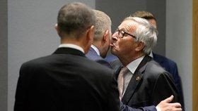 Předseda Evropské komise Jean-Claude Juncker dal českému premiérovi Andreji Babišovi na uvítanou v Bruselu polibek.
