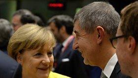 Německá kancléřka Angela Merkelová při hovoru s českým premiérem Andrejem Babišem při jednání Evropské rady v Bruselu. Kancléřka mluvila chvíli i česky.