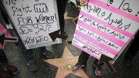 Demonstrující šlapají na hvězdu Kevina Spaceyho na hollywoodském chodníku slávy.