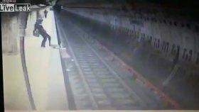 Žena skopla dívku (†25) pod přijíždějící metro. Když se snažila zachránit, kopla ji do hlavy