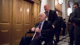 Léčba republikánského senátora Spojených států Johna McCaina, který trpí mimořádně zhoubným nádorem na mozku, takzvaným glioblastomem, má vedlejší účinky, kvůli kterým musel být vlivný zákonodárce hospitalizován.