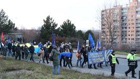 """Za hlasitého hvizdu a s pokřiky """"Hanba"""" a """"Proti fašistům"""" dorazilo několik set demonstrantů k pražskému TOP hotelu, kde se v sobotu konalo setkání představitelů evropských protiimigračních stran."""