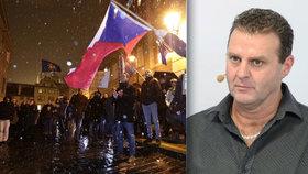 Protest před Sněmovnou proti zvolení komunisty Zdeňka Ondráčka šéfem komise pro kontrolu GIBS