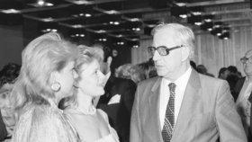 1977: Herci, kteří neodmlouvali, se hřáli v Puršově přízni a na výsluní. (Na snímku herečky M. Vášáryová a D. Havlová, dříve Veškrnová.)