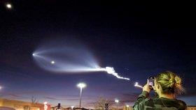 Raketa Falcon 9 společnosti SpaceX připravila lidem dechberoucí podívanou.