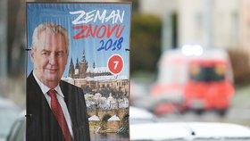 Znovuzvolení prezidenta Miloše Zemana propagují po Praze nové plakáty (na snímku z 28. prosince). Zeman přitom několikrát slíbil, že žádnou kampaň nepovede. Odmítá se proto účastnit i předvolebních debat, za což ho protikandidáti kritizují.