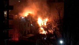 S požárem bytového domu v Brooklynu bojovalo přes 200 hasičů.