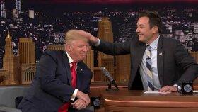 Moderátor Jimmy Fallon rozcuchal Donaldu Trumpovi jeho účes.