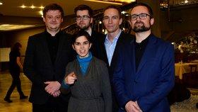 Nové vedení Pirátů. Zleva: Radek Holomčík, Jakub Michálek, Ivan Bartoš, Mikuláš Peksa a pod nimi drobná poslankyně Olga Richterová
