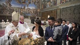Papež František celebroval křestní mši.