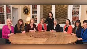 Zleva: Amanda Millingová, Kelly Tolhurstová Wendy Mortonová, Mims Daviesová s Theresou Mayová. Parlamentní tajemnice Seema Kennedyová, Rebecca Harrisová, Nusrat Ghaniová a Jo Churchillová.