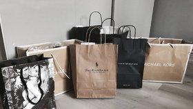Dívka se ráda vychloubala svými nákupy.