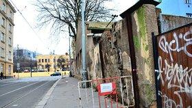 Pražany na Palmovce děsí bortící se zeď. Hrozí, že úplně spadne a někoho zraní: Praha 8 ji nechá zbourat
