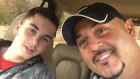 Otec udal svého syna policii, protože našel v jeho mobilu pedofilní fotky.