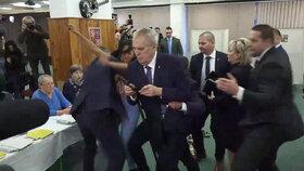 Prezidenta Zemana při volbě napadla aktivistka z hnutí Femen.