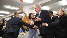Aktivistka z hnutí Femen se vrhla na Zemana.