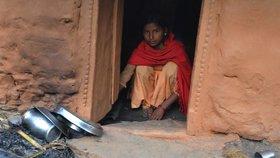 Menstruující ženy jsou v Nepálu vyháněny do chýší a chatrčí, protože je společnost považuje za nečisté. V nich několik dní přežívají v otřesných nehygienických podmínkách, v zimě a s nedostatečnou stravou.