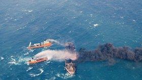 Íránský ropný tanker Sanchi, který po srážce s čínskou nákladní lodí týden hořel ve Východočínském moři, se v neděli potopil.