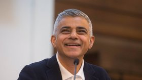 Proslov londýnského starosty Sadiq Khana v sobotu narušila skupina pravicových extremistů, které Khan následně označil za velmi stabilní génie.