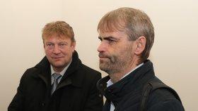 """Robert Šlachta (vpravo) u soudu s expolicistou Jiřím Komárkem (vlevo). Ten nařkl policejního prezidenta Tuhého z """"brutálního úniku informací""""."""