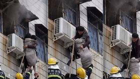 Postižený muž zachránil z třetího patra hořící budovy těhotnou ženu.